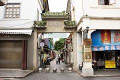 Il popolo cinese che cammina in piccolo vicolo alla via di Paifang va alloggiare in vecchia citt? e nel centro urbano antico dell fotografia stock libera da diritti