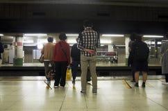 Il popolo giapponese e la metropolitana aspettante del viaggiatore dello straniero vanno Fotografia Stock Libera da Diritti