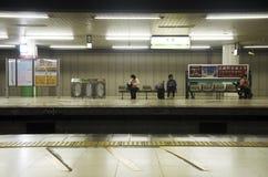 Il popolo giapponese e la metropolitana aspettante del viaggiatore dello straniero vanno Immagini Stock