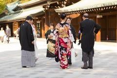Il popolo giapponese si agghinda in Meiji Jingu Shrine Fotografie Stock Libere da Diritti