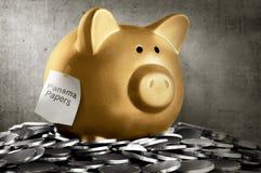 Il porcellino salvadanaio dorato con il Panama incarta il testo Immagine Stock Libera da Diritti