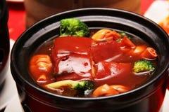 Il porco con la verdura è servito in un POT Immagini Stock Libere da Diritti