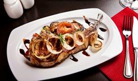 Porco fritto con le verdure servite in ristorante Immagini Stock Libere da Diritti