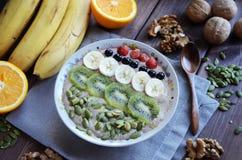 Il porridge crudo dell'alimento ha fatto di grano saraceno e dei semi di lino verdi fotografie stock libere da diritti
