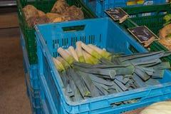 Il porro, allium ampeloprasum ha rivolto ad un mercato settimanale Fotografia Stock Libera da Diritti