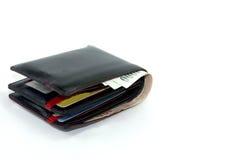 Il portafoglio di cuoio nero con valuta tailandese ha isolato il fondo bianco Fotografie Stock Libere da Diritti