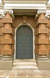 Il portello nel grande palazzo Immagine Stock Libera da Diritti