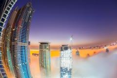 Il porticciolo del Dubai è coperto dalla nebbia di primo mattino nel Dubai, Emirati Arabi Uniti immagini stock libere da diritti