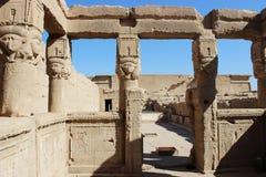 Il portico all'entrata al santuario di Hathor Immagine Stock