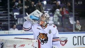 Il portiere dell'hockey beve l'acqua al portone sull'arena del ghiaccio video d archivio