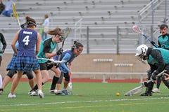 Il portiere di Lacrosse recupera la sfera Fotografia Stock