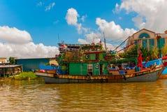 Il porto con le navi Fiume di Sarawak Kuching, Borneo, Malesia Fotografia Stock
