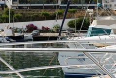 Il porto della barca a vela, molti bei attraccato naviga gli yacht nel porto marittimo, vacanza di estate dettaglio immagini stock libere da diritti