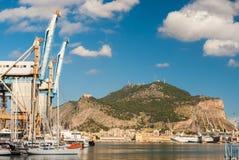 Il porto di Palermo con Monte Pellegrino nei precedenti Fotografie Stock Libere da Diritti