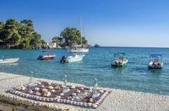"""Il porto di Parga - †delle decorazioni di Shell - della Grecia """"spedisce, isola di Panagia e mare ionico nel fondo fotografia stock libera da diritti"""