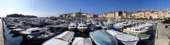 Il porto di Rovigno, la passeggiata e la torre della cattedrale fotografia stock