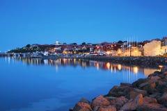 Il porto di vecchia città di Nessebar alla notte, Bulgaria Fotografia Stock