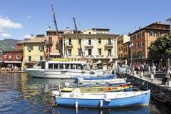 Il porto a Malcesine sulla polizia del lago, Italia. Fotografia Stock Libera da Diritti
