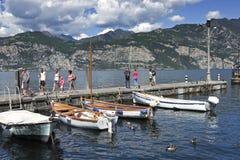 Il porto a Malcesine sulla polizia del lago, Italia del Nord. Fotografie Stock