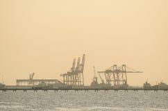 Il porto marittimo cranes, habor di Sriracha, Tailandia prima del tramonto Immagine Stock