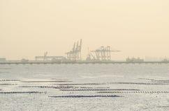 Il porto marittimo cranes, habor di Sriracha, Tailandia prima del tramonto Immagini Stock Libere da Diritti