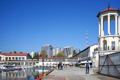 Il porto marittimo di lungomare con una colonnato e le viste della città un giorno soleggiato Immagini Stock