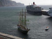 Il porto per le navi di tutte le dimensioni nella città di Funchal Madera immagine stock