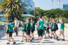 Il Portogallo, Lisbona 29 aprile 2018: allievi alla via in uniforme scolastico di sport Fotografie Stock