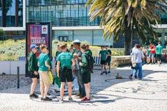 Il Portogallo, Lisbona 29 aprile 2018: allievi alla via in uniforme scolastico di sport Immagine Stock