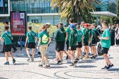 Il Portogallo, Lisbona 29 aprile 2018: allievi alla via in uniforme scolastico di sport Immagini Stock Libere da Diritti