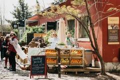 Il Portogallo, Lisbona 29 aprile 2018: Vendita della via dei succhi freschi e dell'alimento vegetariano Commercio della via fotografia stock