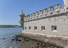Il Portogallo, Lisbona, una fortificazione di costruzione fortificata sull'argine immagini stock libere da diritti