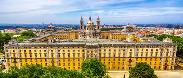Il Portogallo: vista superiore aerea del convento e del palazzo di Mafra, del palazzo e del monastero reali accanto a Lisbona Fotografie Stock