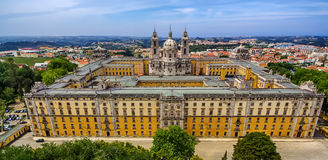 Il Portogallo: vista superiore aerea del convento e del palazzo di Mafra, del palazzo e del monastero reali accanto a Lisbona Fotografia Stock Libera da Diritti