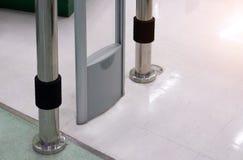 Il portone antifurto dell'entrata dell'analizzatore del dispositivo per impedisce il furto in sup fotografie stock