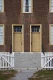 Il portone bianco aperto della chiusura conduce a due porte antiche gialle immagini stock