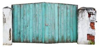 Il portone blu sprofondante di legno sull'iarda rurale dell'agricoltore del paese Immagine Stock Libera da Diritti