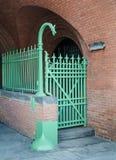 Il portone decorato ed il recinto del ferro battuto con il drago si dirigono. Fotografie Stock