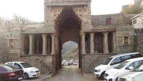 Il portone dell'entrata principale della fortificazione di Kumbhalgarh Immagini Stock Libere da Diritti