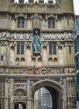 Il portone della cattedrale di Canterbury ed il punto di ingresso incurvato con la grande opera d'arte fotografia stock libera da diritti