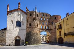 Il portone della Savoia e della cattedrale in Susa, la Val di Susa, Italia Fotografia Stock