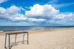 Il portone di calcio ha lasciato sulla spiaggia vuota in un giorno soleggiato luminoso dell'inizio dell'autunno immagine stock