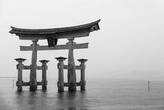 Il portone di galleggiamento di Torii Immagine Stock
