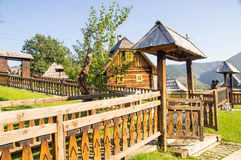 Il portone di legno e recinta Drvengrad, Serbia fotografia stock libera da diritti