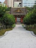 Il portone, le scale e l'albero del tempio buddista fanno il giardinaggio Immagini Stock Libere da Diritti