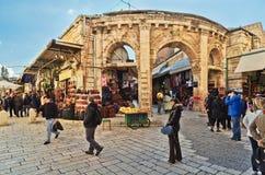 Il portone medievale conduce al bazar di Aftimos Immagini Stock