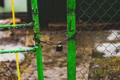 Il portone o la porta è chiuso immagine stock