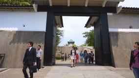 Il portone turistico di Otemon di visita di Osaka Castle stock footage