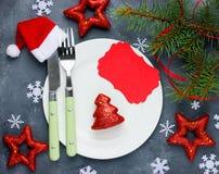 Il posto della regolazione della tavola di Natale con le decorazioni festive e svuota fotografia stock libera da diritti