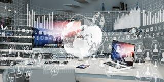 Il posto di lavoro con i dispositivi e l'ologramma moderni scherma la rappresentazione 3D Fotografia Stock